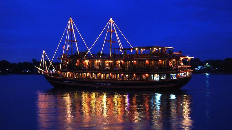 Tour du lịch Hồ Chí Minh ăn tối trên tàu 1